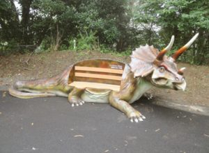 恐竜のベンチ